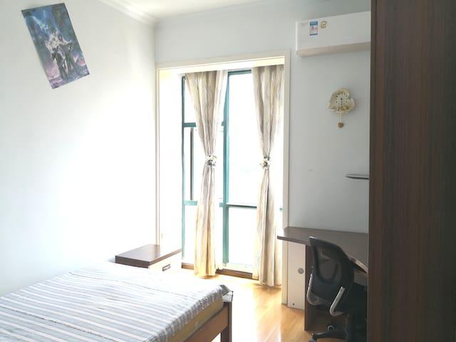 小卧室---小床1.2米宽2米长,卧室配有书桌和书柜,书柜里的书,房客可以翻阅阅读。