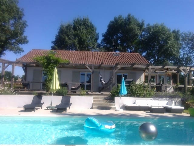 Maison de campagne avec piscine.