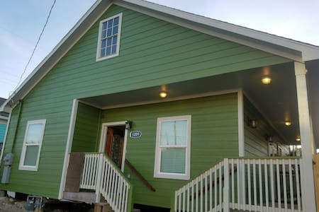 Cozy, large, 5 minute walk to beach - Galveston