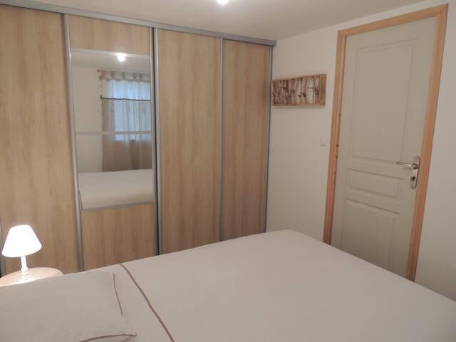 Chambre avec grand placard et miroir