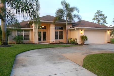Beautiful Private Pool Home near Golf & Beaches - Lehigh Acres - Ház