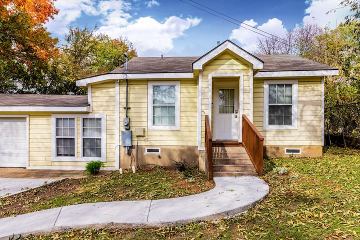 Cozy Cottage steps from Park,  20 min to Dallas