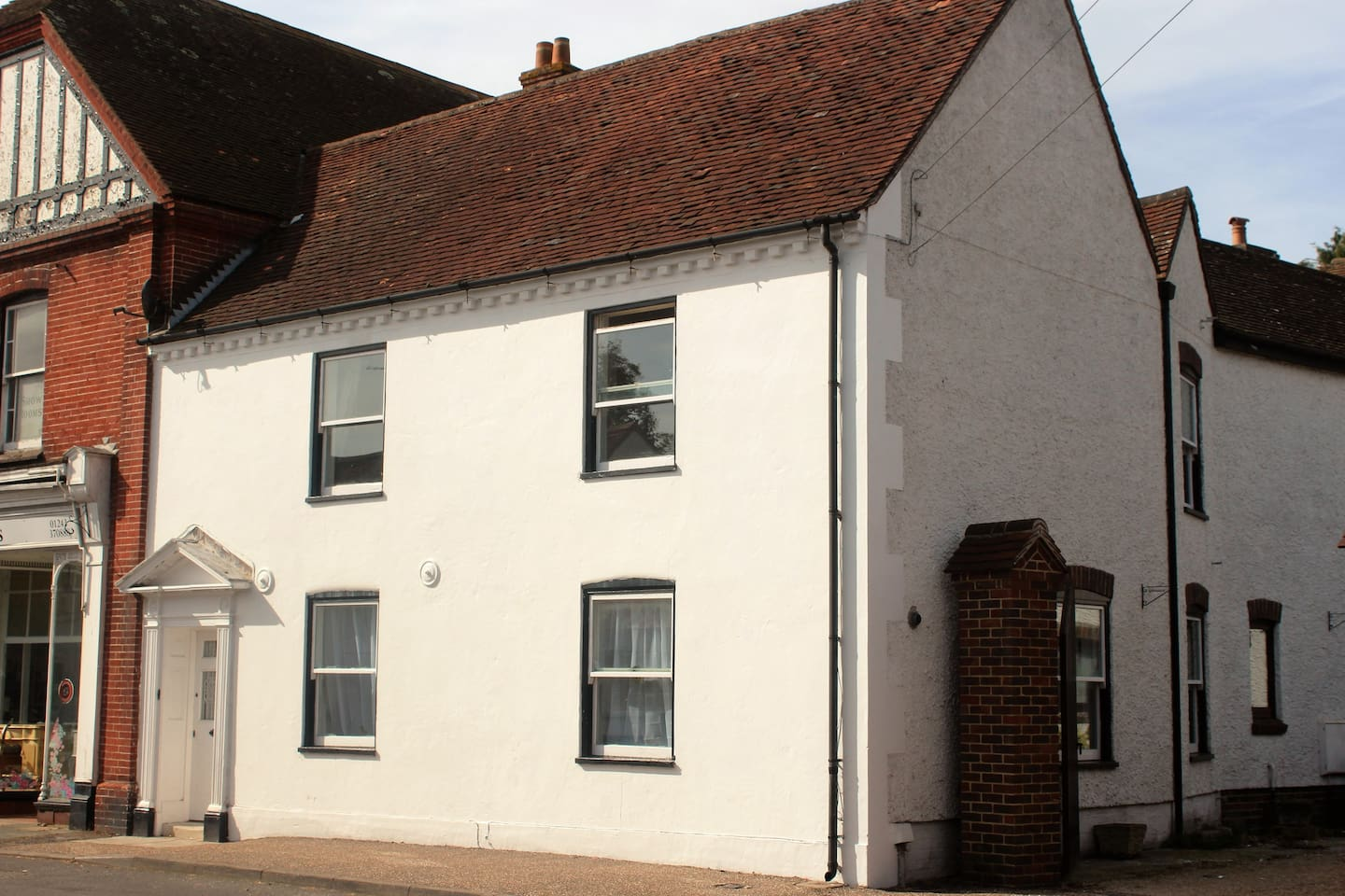 Manchester Cottage is located in the centre of Westbourne, close to shops and pubs.