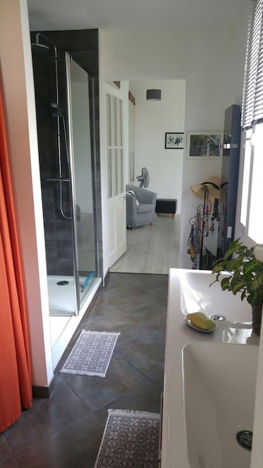 Salle de bain et wc privés. Douche italienne et 2 vasques