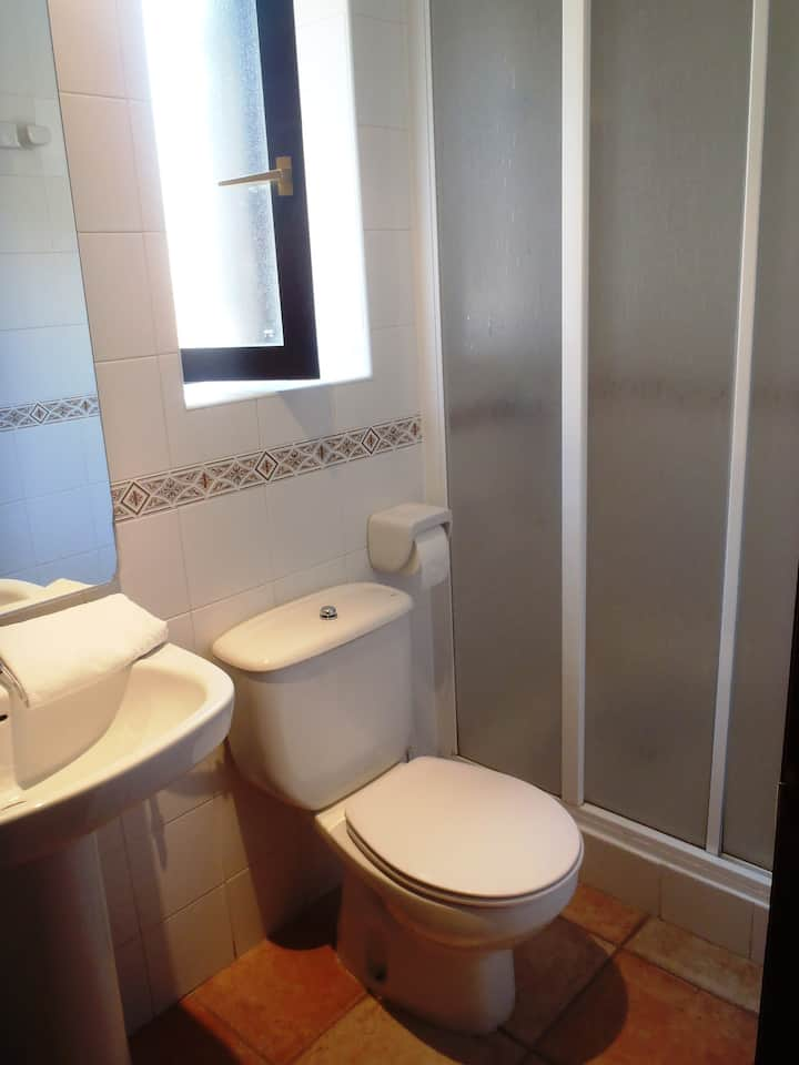 Habitación doble con baño interior, en el albergue