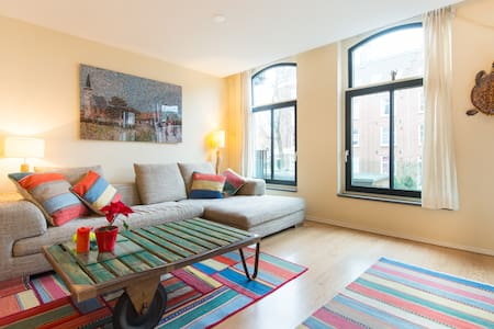 Canalside apartment in the Jordaan!