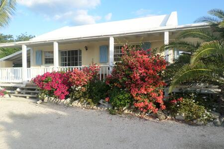 Flamingo Cottage, great value and a wonderful view - Long Bay Hills
