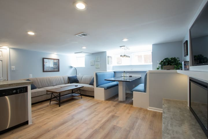 Luxury 2 bedroom apartment w/ free parking