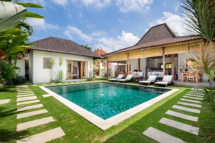 Luxurious 8 bedroom Villa in Oberoi - 2 pools