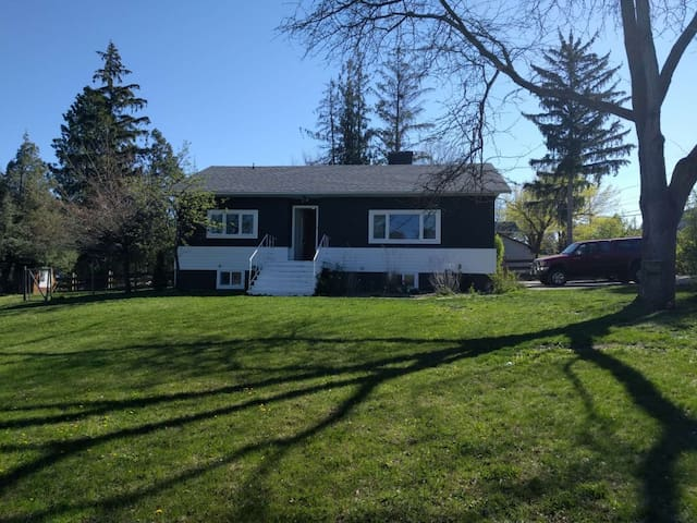 Cozy lake and Orchard View home - Coldstream - Huis