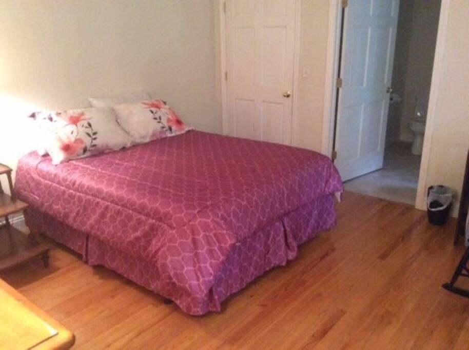 En suite bedroom w/queen bed
