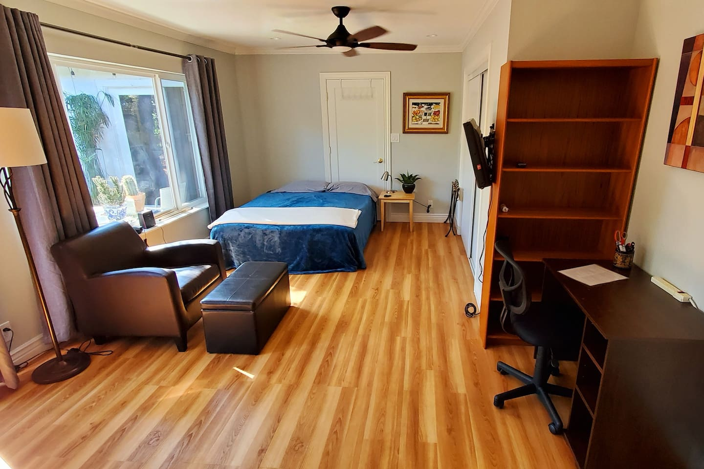 Full queen bed. We also have an extra folding cot for another person. Extra blankets, pillows, etc.   Double-bed, ceiling fan, Chromecast-enabled TV, music, luggage rack