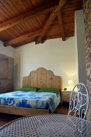 Camera matrimoniale, bagno privato-Le terre di zoè - Provincia di Vibo Valentia - Bed & Breakfast