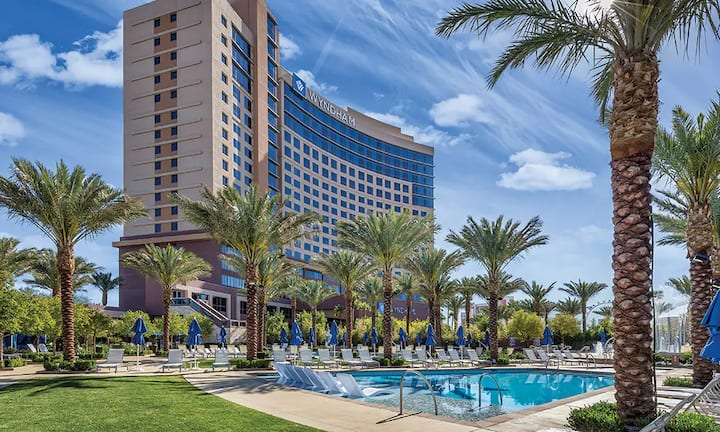 Modern 1 BR Suite minutes from the Strip!