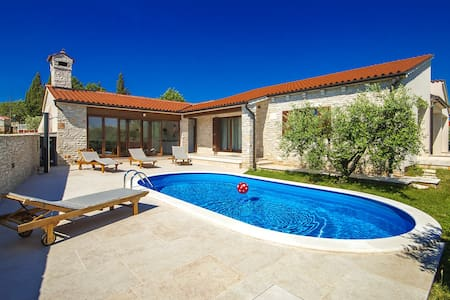 Magnificent Villa Vignola with pool near the sea