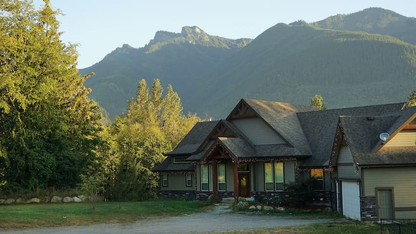Luxury Lodge: HotTub, PoolTable, Theatre, 13 acres