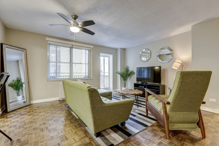"""The Green Room"" Downtown Atlanta Condo sleeps 4"