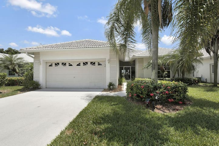 Gorgeous 3 bedroom home in golfing community 7156 - Lely Resort