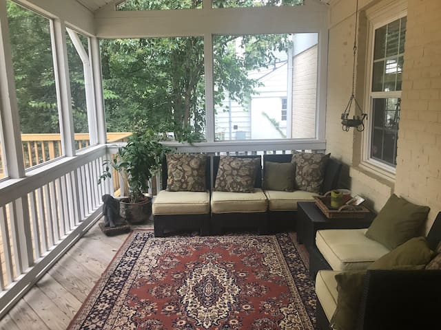 RNC Charming Upscale Home 3 miles to uptown