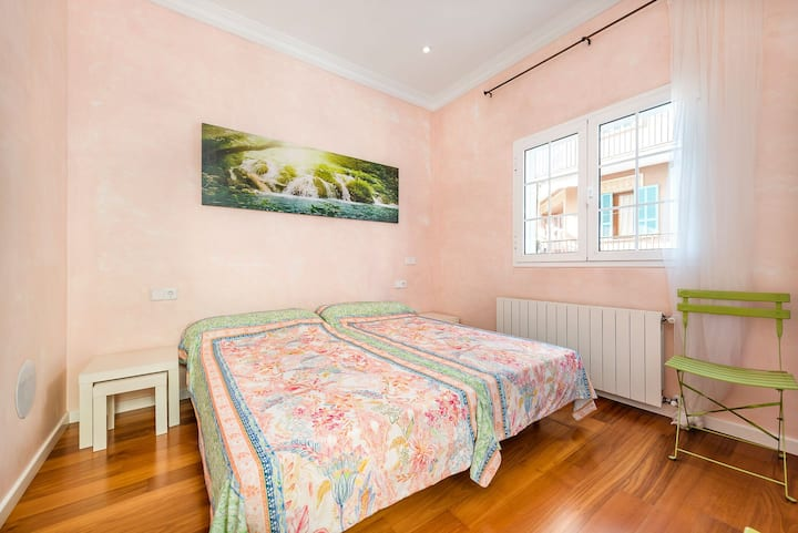 Nice room in townhouse, town centre, 100m sea