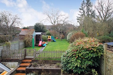3 bed Family Home with lovely garden - Haywards Heath - Rumah