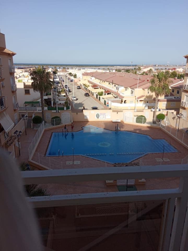 Apartamento espacioso con una gran piscina.