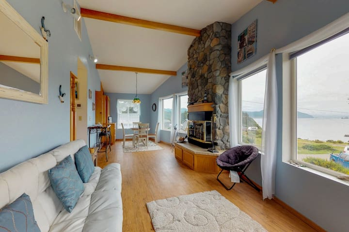Comfortable, dog-friendly house right in town with ocean and Humbug Mtn views