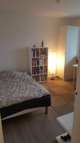 1 værelse med eget indgang og badeværelse.