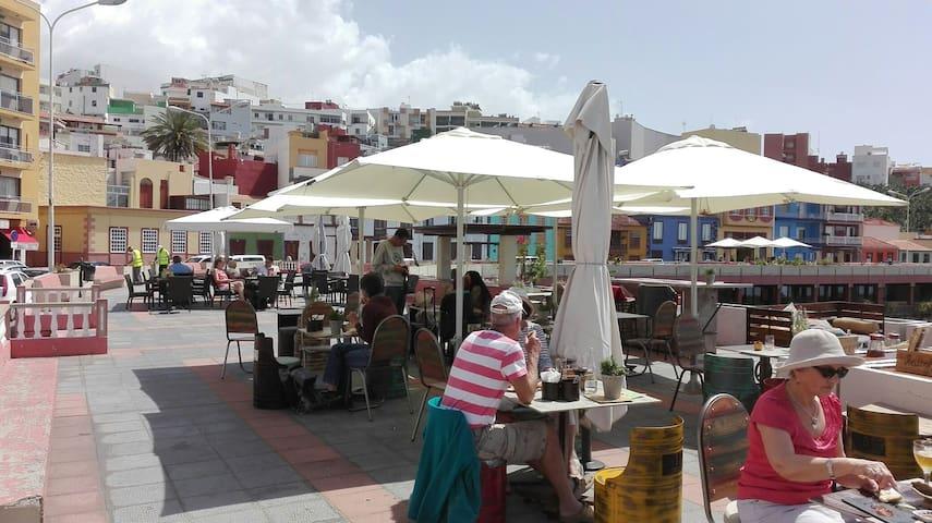 Desde cualquier rincón del pueblo  o degustando una buena comida o un aperitivo podrás contemplar sus inigualables puestas de sol y disfrutar del mejor clima de La Palma. Tazacorte es paraíso de sol.