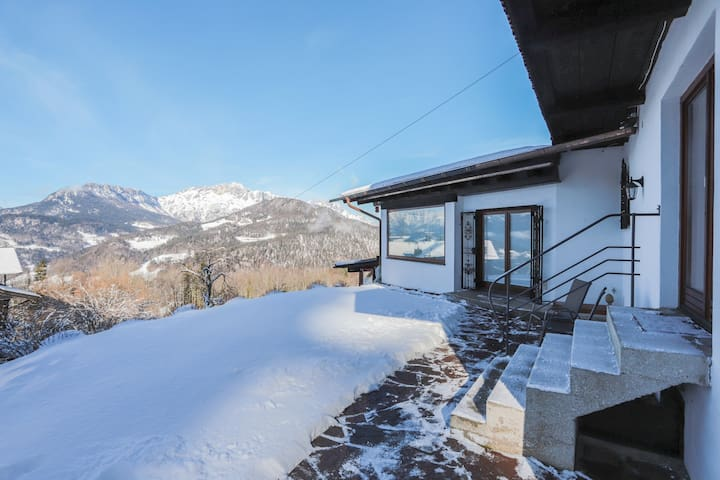 "Charming Apartment ""Berghanghäusl mit Terrasse"" with Mountain View, Wi-Fi & Terrace; Parking Available"