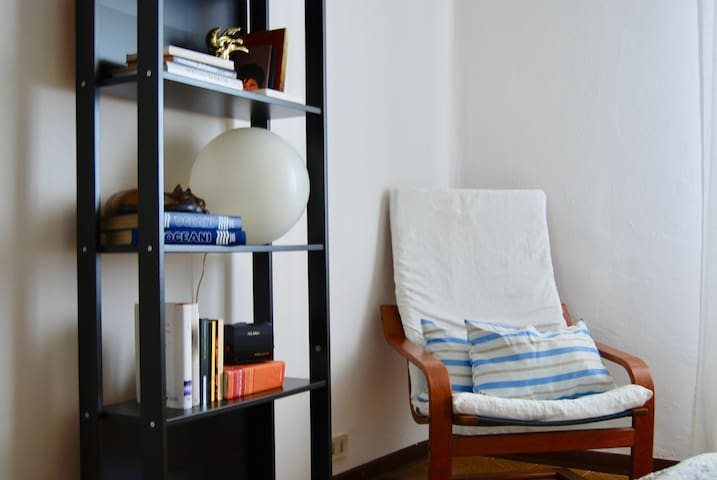 Comfy quiet old city apartment w/private parking