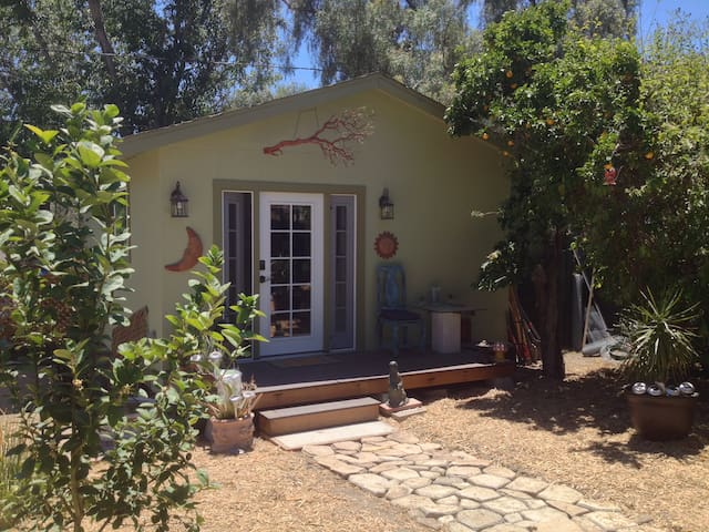 Cozy, private guest house (and cute farm animals!) - San Diego - Konukevi