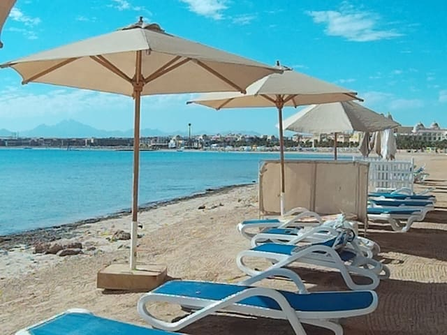 Beach front flat with sea view in Sahl Hasheesh,