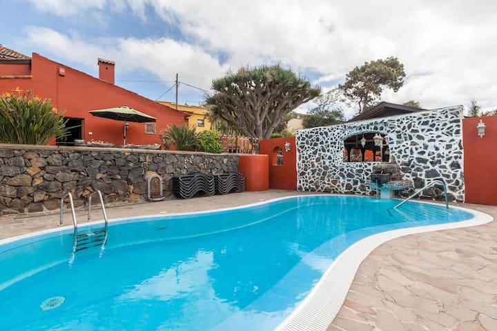 """""""Finca Los Viñedos Casa Rural"""" con vista al mar, piscina compartida, Wi-Fi, aire acondicionada, terraza y jardín; aparcamiento disponible"""