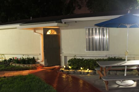 Hibiscus Cottage Private ,yet close to everything - Miami Gardens