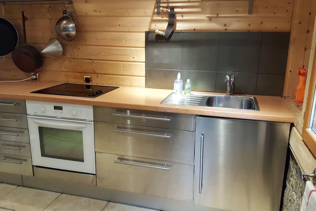 La cuisine spacieuse est équipée d'un réfrigérateur-congélateur, cuisinière vitrocéramique avec four, micro-ondes, cafetière et grille-pain vous permettra de préparer vos repas en toute sérénité.