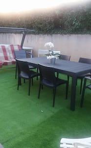 Chambre meublée dans villa avec jardin - Villa