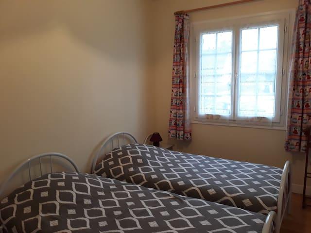 Deux lits tout aussi confortables de 90*190 dans cette deuxième chambre.