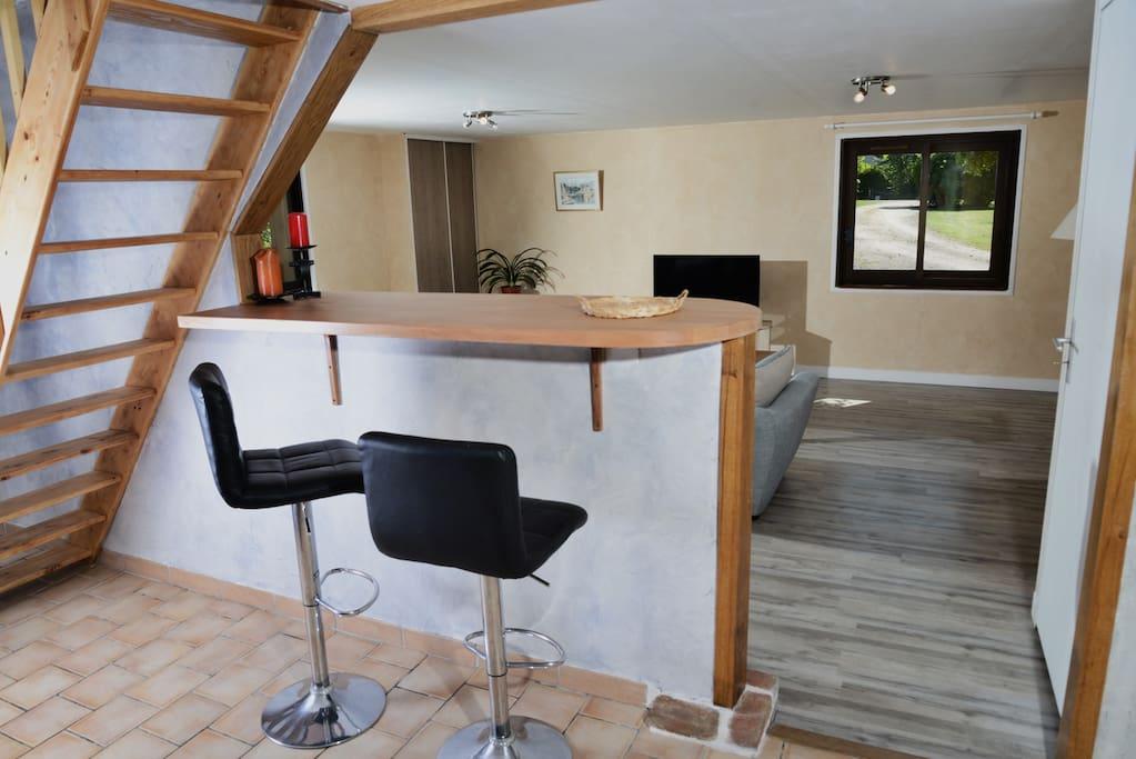 Un coin bar entre la cuisine et le salon pour des moments de convivialité, en famille ou entre amis.