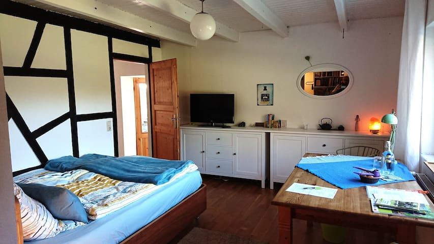 Gästezimmer mit TV und Schreibtisch