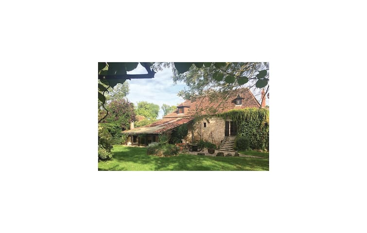 Holiday cottage with 4 bedrooms on 200 m² in St Martin des Combes