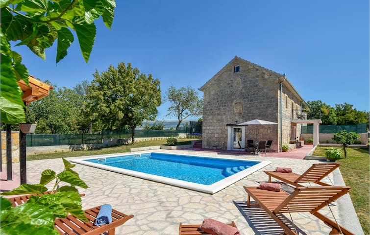 Semi-Detached with 3 bedrooms on 110m² in Hrvace