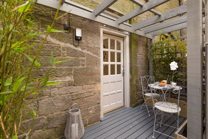 Luxury Main Door Entry Private Courtyard Apartment by the Meadows - Ideal for the Fringe!