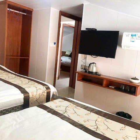 一张超宽2米的大床和一张1:2米单人床,是完美的家庭房。