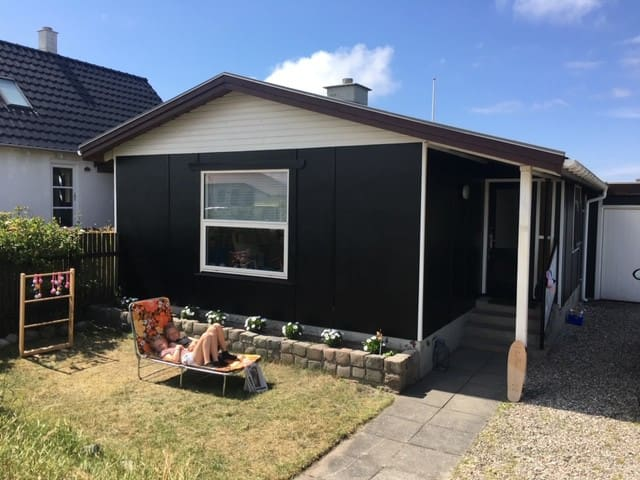 Lille hyggeligt sommerhus i downtown Klitmøller