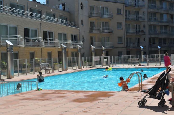 Gelijkvloers appartement op de dijk met zwembad! - Oostende - Daire