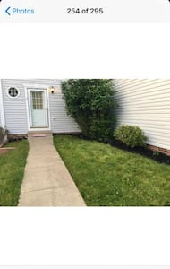 Cozy townhouse 25 mins from downtown Pittsburgh.