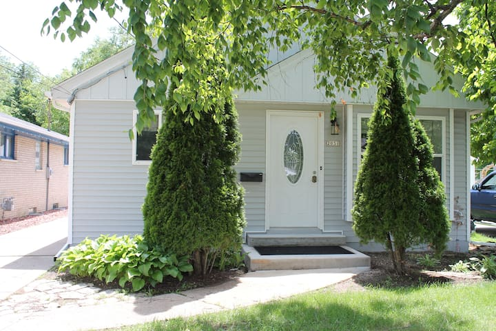 Remodeled 2 bed Guest House between City & Airport