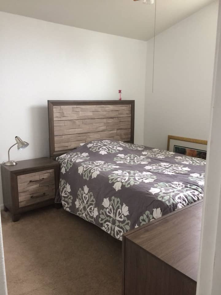Cozy Room with Queen bed and Free Parking