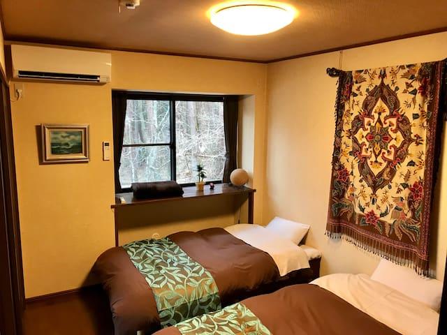 ベッドルーム洋室(2名) Bed room (2)